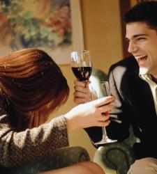 chico-y-chica-brindando-con-vino-tinto