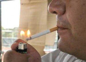 Fumador-cigarro-encendedor-lumbre370x2701