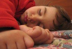 sueno-infantil-ninos-que-hablan-y-patean-dormidos