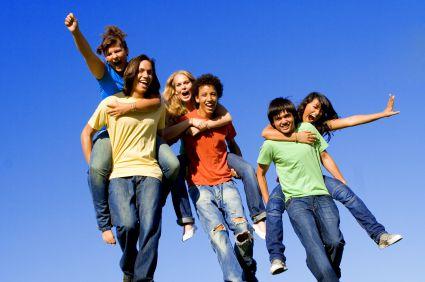 jovenes-alegres-pandilla-de-amigos-de-clase-alumnos
