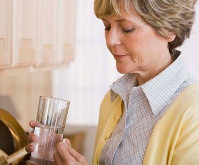 Por-que-se-debe-tomar-la-medicacion-con-agua